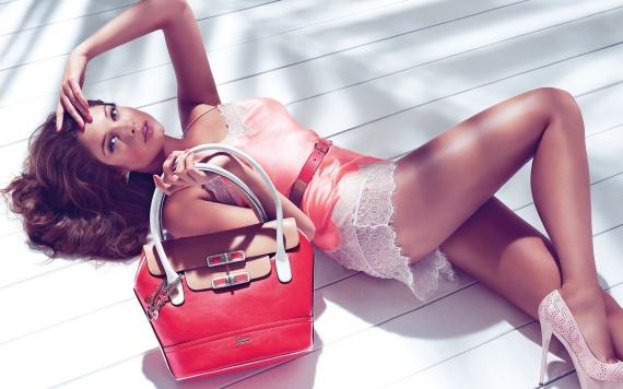 Как должна выглядеть настоящая красавица? Одежда, сумочка, украшения